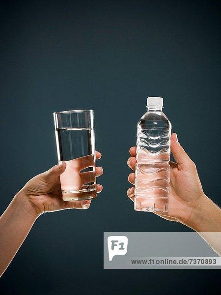 Wasser  Glas  halten  Flasche