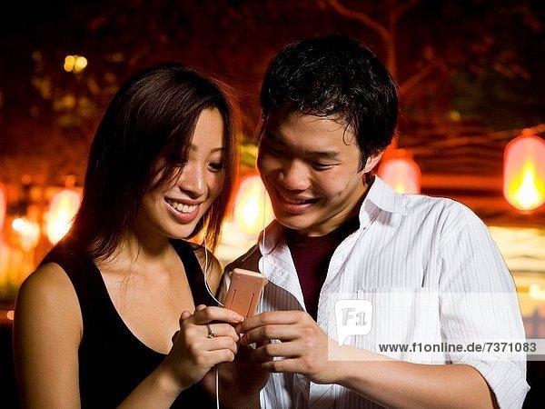 Außenaufnahme  zuhören  lächeln  Spiel  MP3-Player  MP3 Spieler  MP3 Player  MP3-Spieler  freie Natur