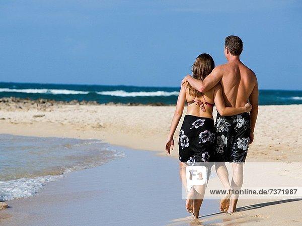 umarmen  gehen  Strand  Rückansicht  Ansicht