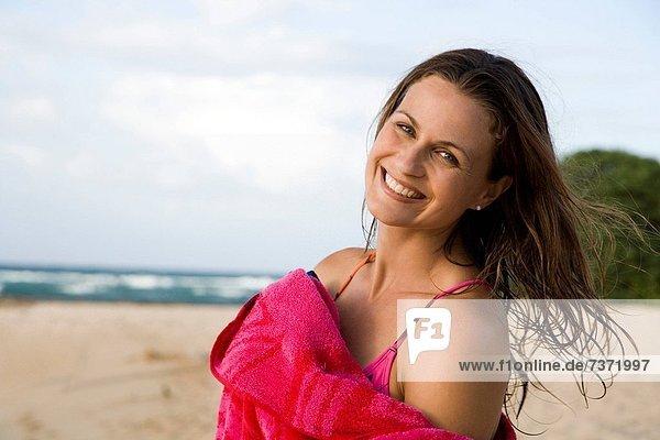 Frau  lächeln  Strand  Handtuch