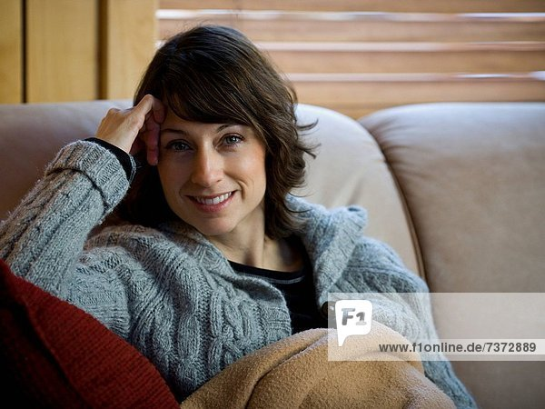 Frau  Couch  lächeln  Decke