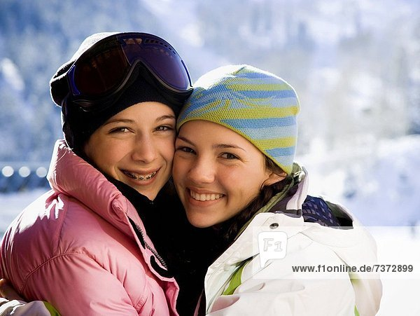 Außenaufnahme  Jugendlicher  Winter  2  Mütze  Mädchen  freie Natur