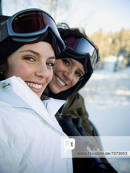 Außenaufnahme  Frau  Winter  Skibrille  lächeln  Schutzbrille  Ski  2  freie Natur