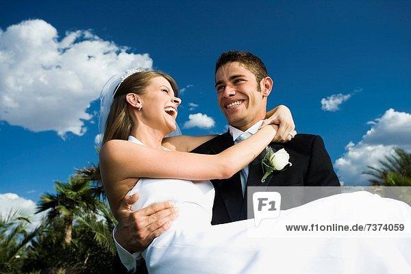 niedrig  Mann  tragen  Braut  lächeln  Ansicht  jung  Flachwinkelansicht  Winkel