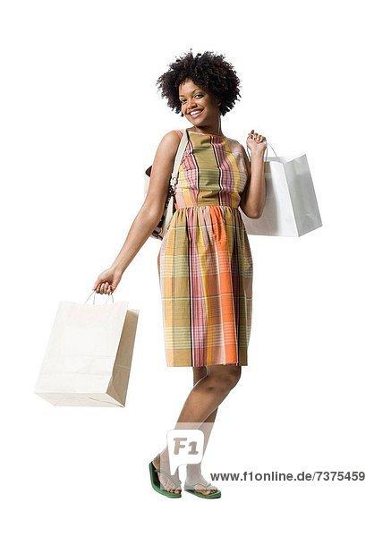 Portrait of a junge Frau hält Einkaufstaschen
