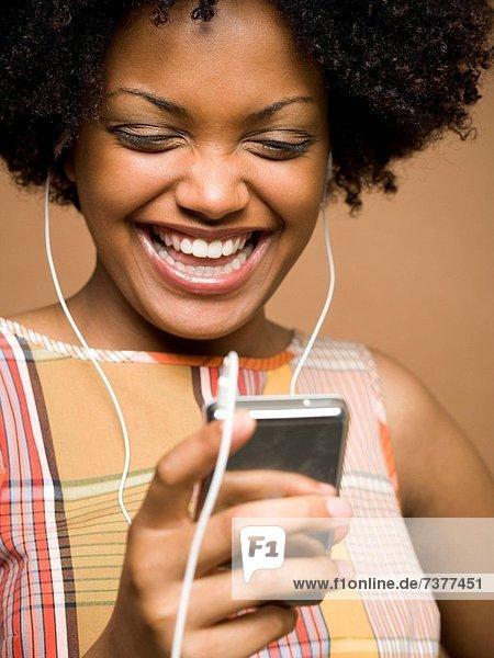 Frau  sehen  Spiel  jung  MP3-Player  MP3 Spieler  MP3 Player  MP3-Spieler  Camcorder