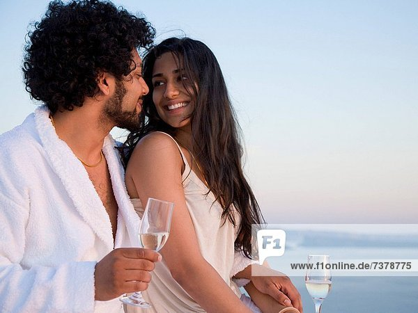 Außenaufnahme  sitzend  Landschaftlich schön  landschaftlich reizvoll  lächeln  Hintergrund  streicheln  Champagner  freie Natur