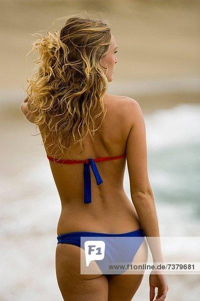 Frau  gehen  Strand  Rückansicht  Ansicht  jung