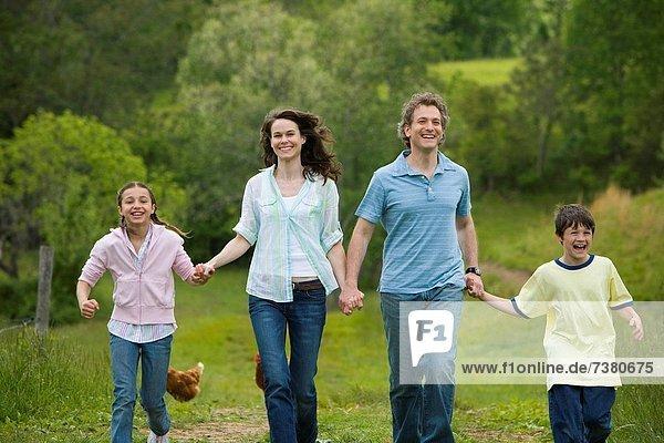 Frau  Mann  Sohn  rennen  Feld  Tochter
