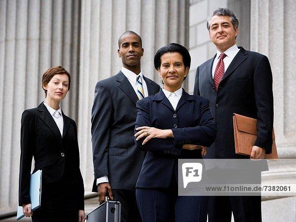 Gerichtsgebäude  Portrait  lächeln  frontal  Anwalt