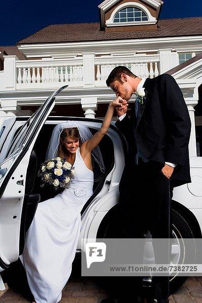 Braut  Bräutigam  Auto  küssen  rauskommen