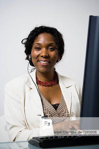 benutzen  Portrait  Geschäftsfrau  Computer  lächeln