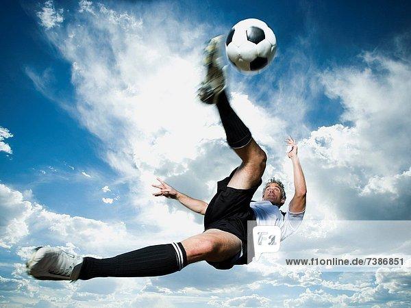 Fußballspieler Wolke Silhouette Himmel treten blau Ball Spielzeug