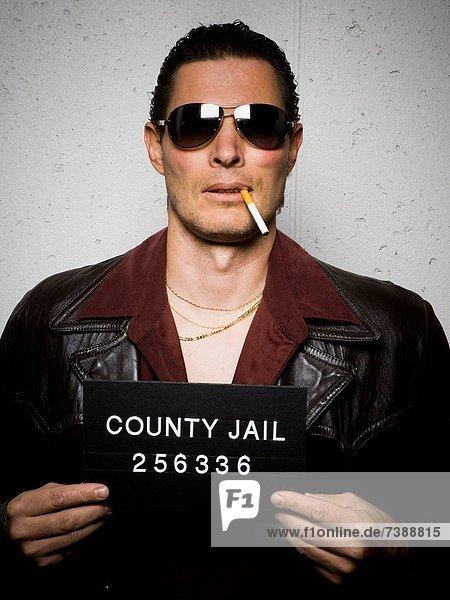 Mann  Becher  Zigarette  Sonnenbrille  schießen