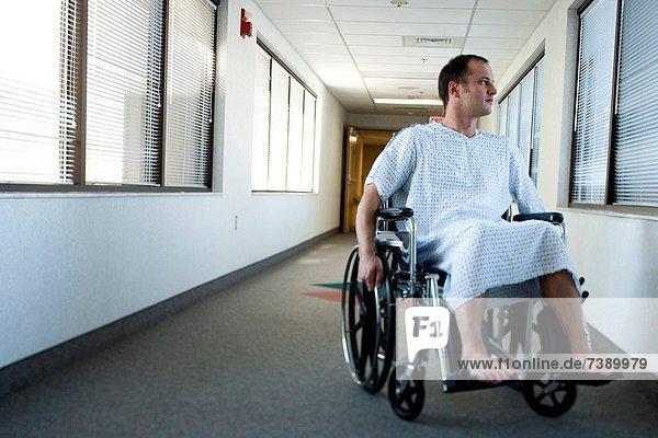 Korridor  Korridore  Flur  Flure  Mann  Fenster  Kleid  Krankenhaus  Rollstuhl