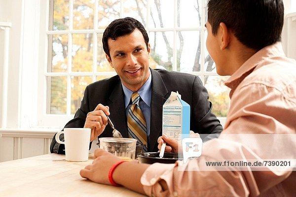Mann  Junge - Person  Traurigkeit  Tisch  Frühstück