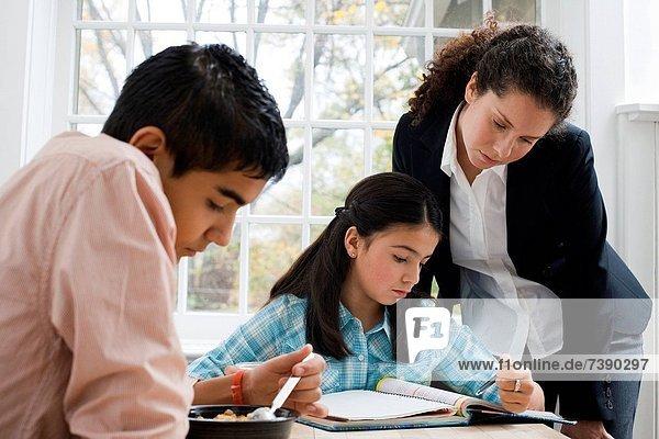 Frau  sehen  Mädchen  Hausaufgabe