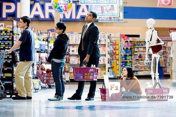 4  Mensch  Menschen  Lebensmittelladen  Laden  Reihe