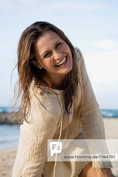 Frau  beugen  lächeln  Strand