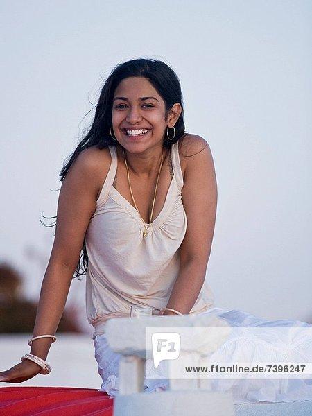 Außenaufnahme  angelehnt  Frau  lächeln  freie Natur