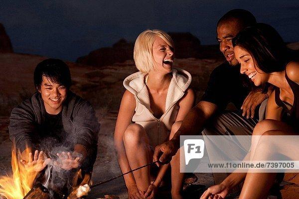 Lagerfeuer  sitzend  Mensch  Menschen  Nacht