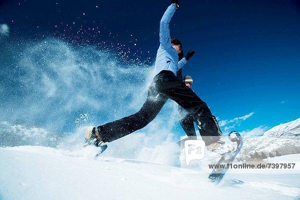 Mensch  zwei Personen  Menschen  Schuh  springen  2  Schnee
