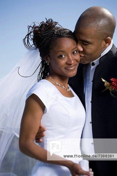 Braut  Bräutigam  küssen