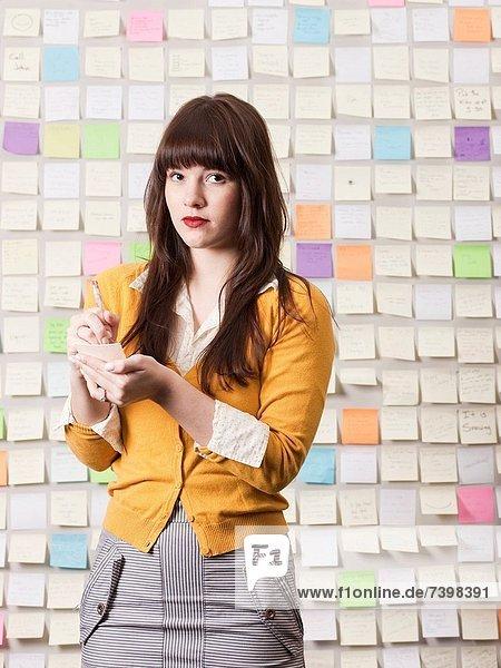 Frau  bedecken  schreiben  Wand  frontal  jung  Klebstoff