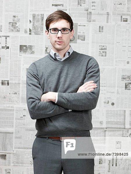 stehend  Portrait  Mann  Zimmer  jung  Zeitung