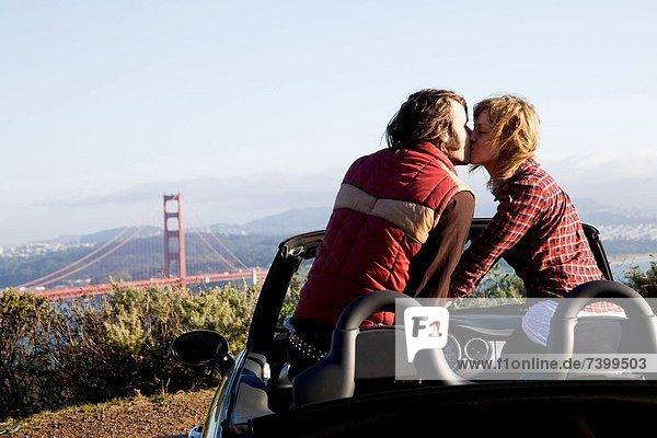 Vereinigte Staaten von Amerika USA sitzend Auto Cabrio küssen jung Kalifornien San Francisco