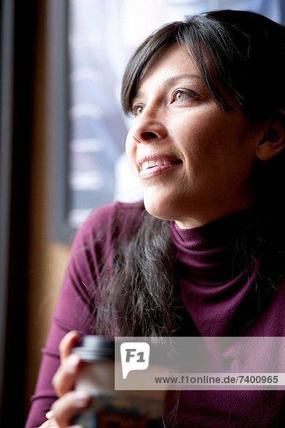 Frau  Cafe  Mittelpunkt  trinken  1  Kaffee  Erwachsener