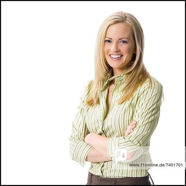 Frau posiert und lächelnd