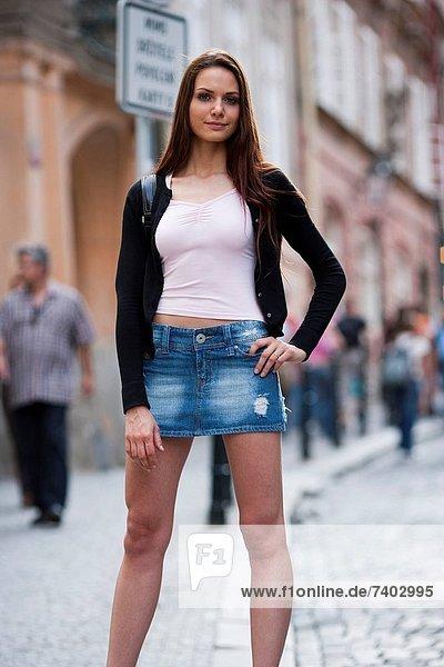 Frau mit Einkaufstaschen hinunter die Straße
