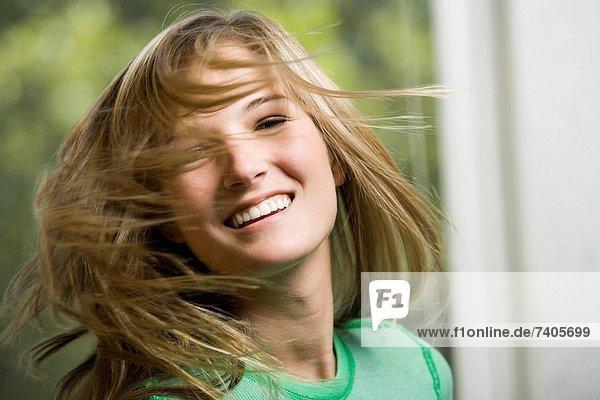 schaukeln  schaukelnd  schaukelt  schwingen  schwingt schwingend  Frau  Close-up  close-ups  close up  close ups  Haar