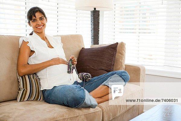 Schwangere Frau stricken