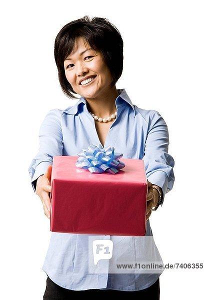 Frau mit Geschenk-box
