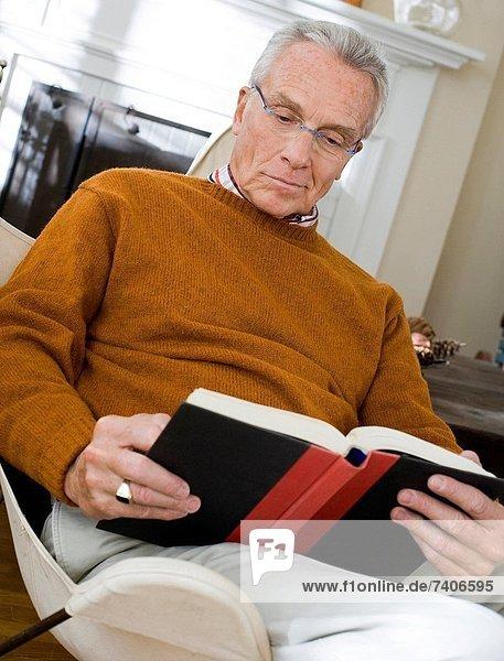 sitzend  Mann  Stuhl  reifer Erwachsene  reife Erwachsene  vorlesen