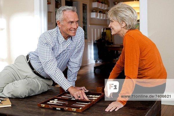 reifes Paar Backgammon spielen