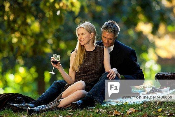 Außenaufnahme Wein trinken freie Natur