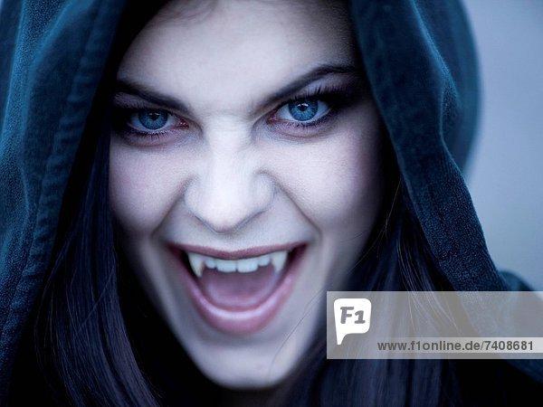 Vereinigte Staaten von Amerika  USA  Portrait  Jugendlicher  Kleidung  Kapuze  Utah  Vampir