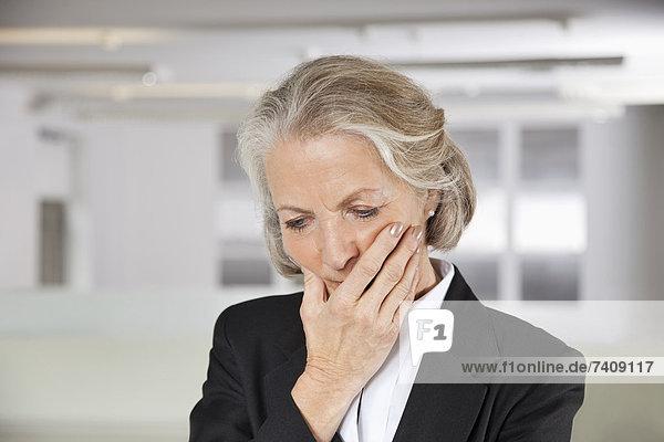 Senior  Senioren  Geschäftsfrau  Nervosität  Büro