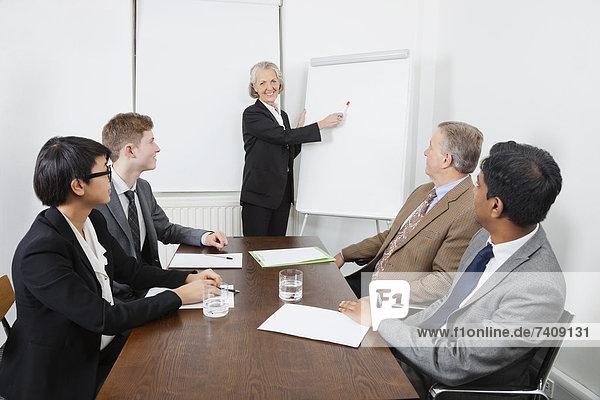 Senior  Senioren  benutzen  Frau  Geschäftsbesprechung  Weißwandtafel  Besuch  Treffen  trifft  Business