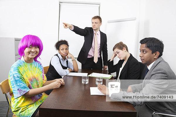 Wirtschaftsperson  Kollege  Zorn  pink  Besuch  Treffen  trifft  multikulturell  Perücke