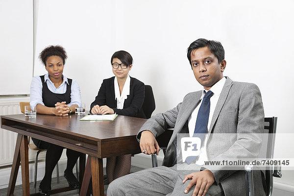 Portrait  Schreibtisch  Hintergrund  Büro  Kollege