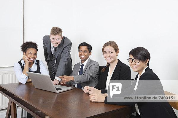 benutzen  Portrait  Notebook  Geschäftsbesprechung  Fachleute  Zimmer  multikulturell  Konferenz