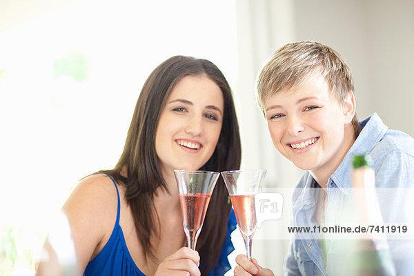 Frauen  die zusammen Champagner trinken