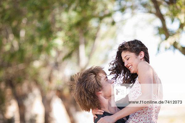 Mann mit Freundin im Freien