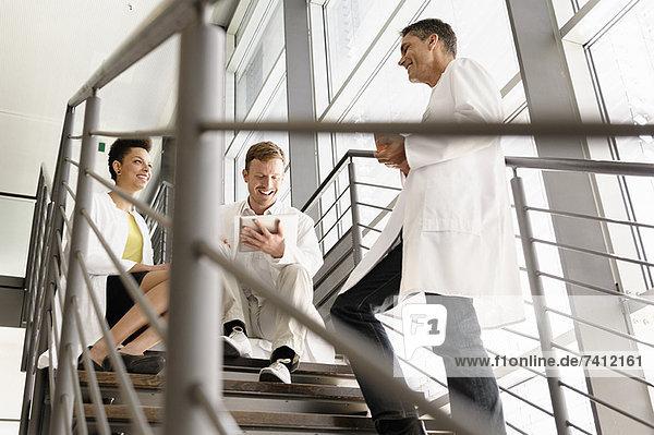 Ärzte sprechen über Stufen im Krankenhaus