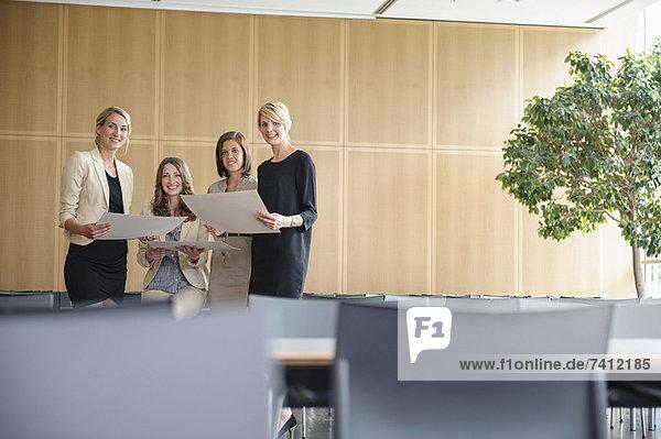 Geschäftsfrauen lächeln in der Cafeteria