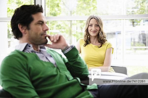 Geschäftsleute  die im Büro sitzen